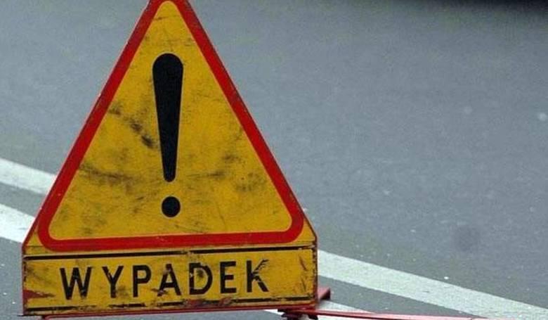 Kolizja na Słocińskiej w Rzeszowie. Kierowca stracił panowanie nad pojazdem, zjechał z drogi i uderzył w drugi samochód