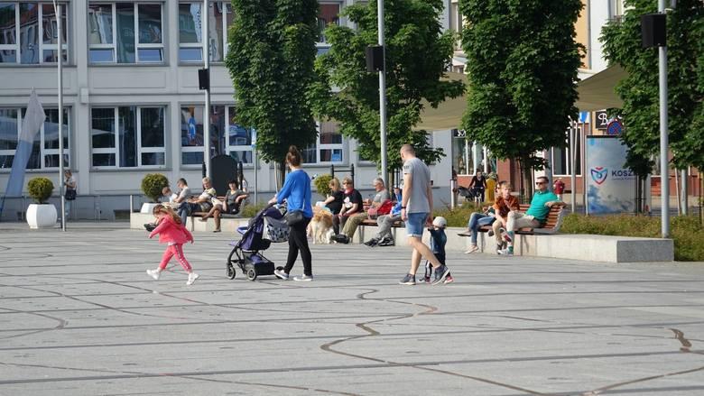 W piątkowe popołudnie na Rynku Staromiejskim przed ratuszem w Koszalinie gwarno. Zbierają się mieszkańcy, którzy postanowili wybrać się na spacer. Na
