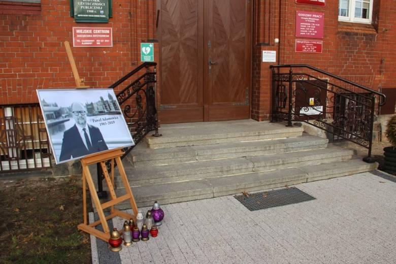 TczewPrzed tczewskim ratuszem umieszczono zdjęcie zamordowanego prezydenta Gdańska, pod którym mieszkańcy miasta stawiają znicze. Flagę RP opuszczono