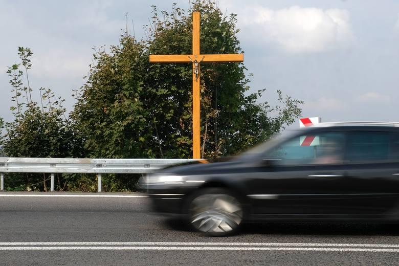 Na zakręcie śmierci w Leszczawie Dolnej ponownie postawili krzyż. Ściął go podczas wypadku ukraiński autokar [ZDJĘCIA]
