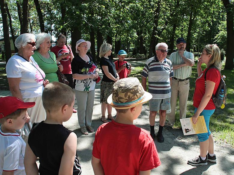 Zwiedzanie z przewodnikiem Parku w GrudziądzuZainteresowani z ciekawością słuchali  o historii Parku