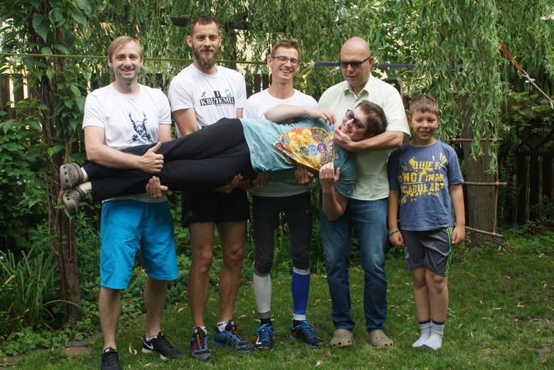 Projekt Bracia. Od lewej: Michał, Paweł, Maciej Gramaccy, Tomasz i Miłosz Jankowscy. Trzymają 19-letniego Bartka