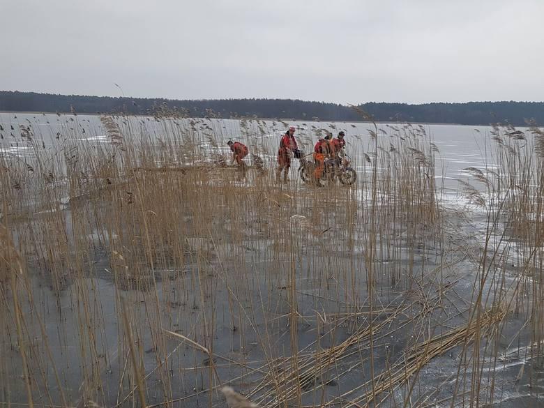 Jechał w stronę miejscowości Wolność. Ale lód nie był na tyle gruby, jak wydawało się to motorowerzyście. Załamał się pod jego ciężarem dziesięć metrów