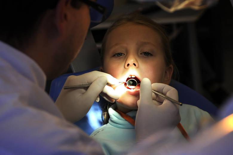 Jak dbać o zęby? Dzieci trzeba przyprowadzać do stomatologa jak najwcześniej, zanim pojawią się ubytki
