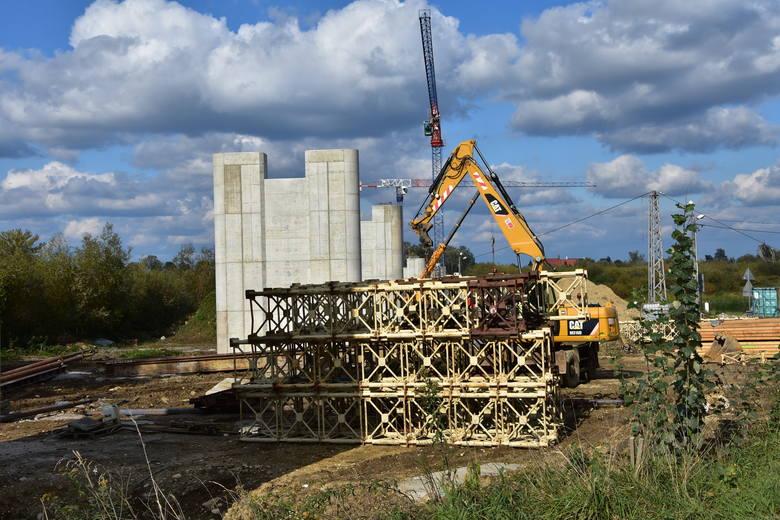 Borusowa. Na brzegach Wisły już widać pierwsze podpory nowego mostu łączącego Powiśle ze Świętokrzyskim [ZDJĘCIA]
