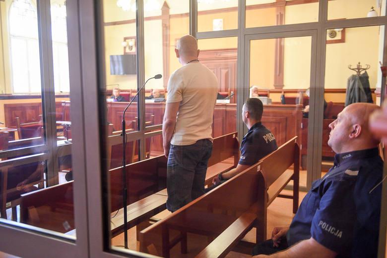 Piotr B. przyznaje się do tego, że zamordował żonę tłuczkiem do mięsa i nożami. Dziś w Sądzie Okręgowym w Toruniu ruszył jego proces. Mężczyzna twierdzi,