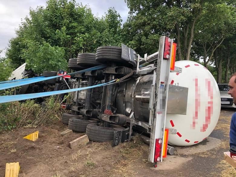 Do makabrycznego wypadku doszło we wtorek, 9 lipca, na trasie Pław-Gronów koło Krosna Odrzańskiego. Bmw zderzyło się czołowo z cysterną. Zginęły dwie