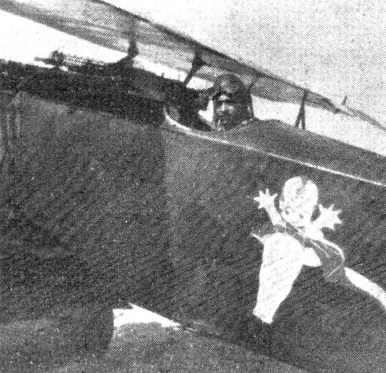 Antoni Bartkowiak przed swoim Albatrosem, uprowadzonym z lotniska w Bydgoszczy.