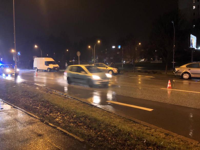 Na al. Powstańców Warszawy zderzyły się trzy samochody w tym bus należący do jednej z firm kurierskich. Do wypadku doszło w niedzielę po godz. 17. Jedna
