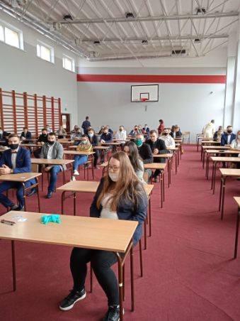 """Próbna matura 2021. Uczniowie zmagają się z """"królową nauk"""". Zobaczcie zdjęcia ze """"Szkoły na Górce"""" w Opatowie (ZDJĘCIA)"""