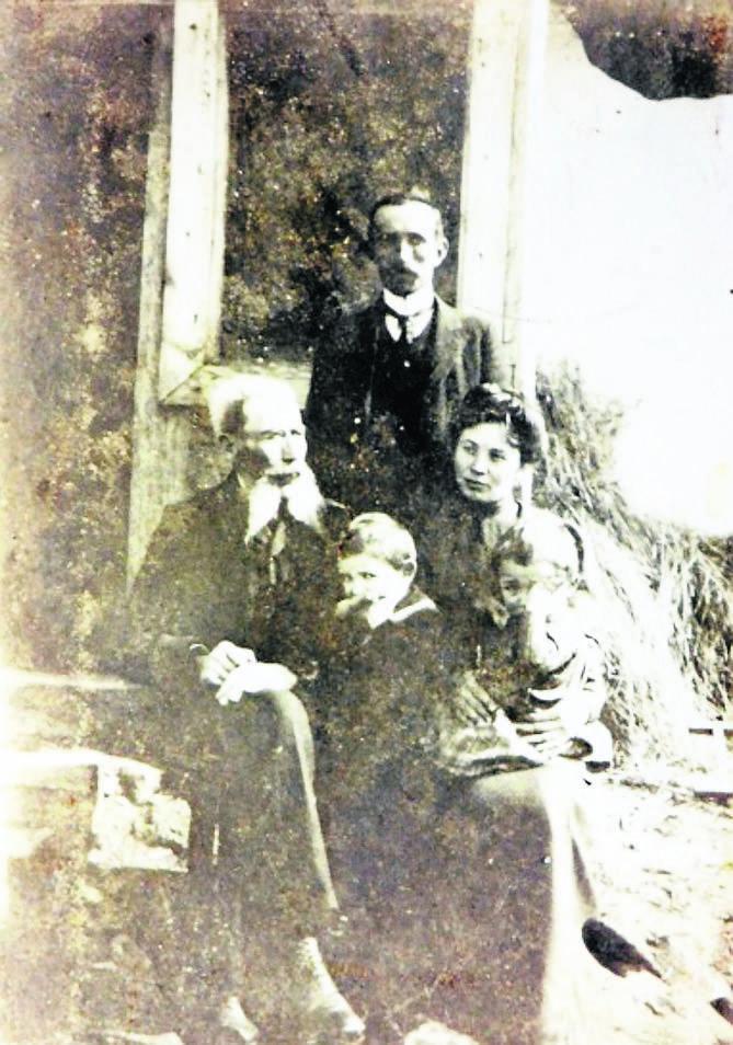 Zofia Zarębina, żona pana Romana, przy grobie Aleksandra Wojciechowskiego na Monte Cassino
