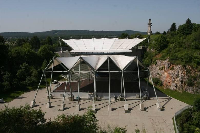 Mycie dachu nad amfiteatrem Kadzielnia w Kielcach