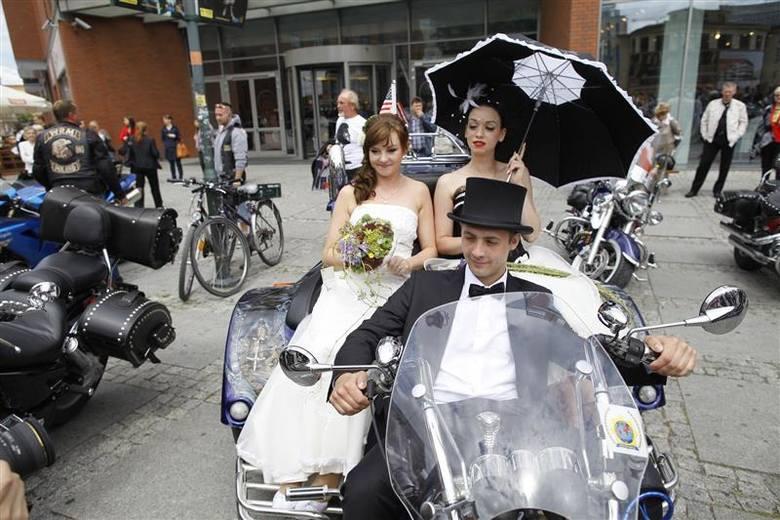 - Wszystkie wyglądają zjawiskowo - mówi Elwira Makar, która z mężem Dominikiem przyszła na opolski Rynek podziwiać 40 ubranych w suknie ślubne dziewczyn.