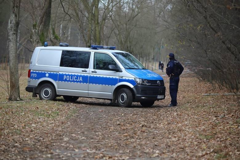 Policja cały czas ściga mordercę, który zabił 57-letnią kobietę w parku Na Zdrowiu w Łodzi. Śledczy odbierają telefony od chcących pomóc łodzian, przeglądają