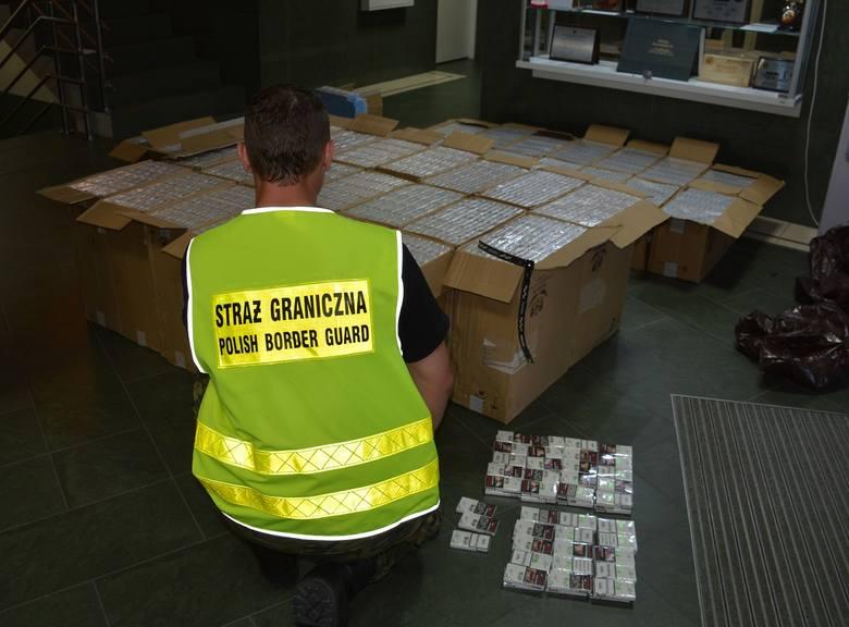 Czarna Białostocka. Funkcjonariusze Podlaskiej Straży Granicznej przechwycili 19 tysięcy paczek nielegalnych papierosów [ZDJĘCIA]