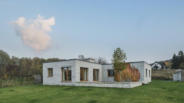 Dom w Będzinie. Projekt pracowni Jojko+Nawrocki Architekci. - Wybrałam ten dom, bo jest manifestem architektonicznym; pozornie nieefektowny, wtapia się w przestrzeń. Jego właściciele są zachwyceni miejscem, w którym mieszkają - mówi Anna Dudzińska