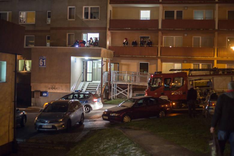 W czwartek, około godz. 17.15, kobieta wypadła z okna wieżowca przy ul. Szczecińskiej 61 w Słupsku. Na razie nie są znane okoliczności tego zdarzenia.