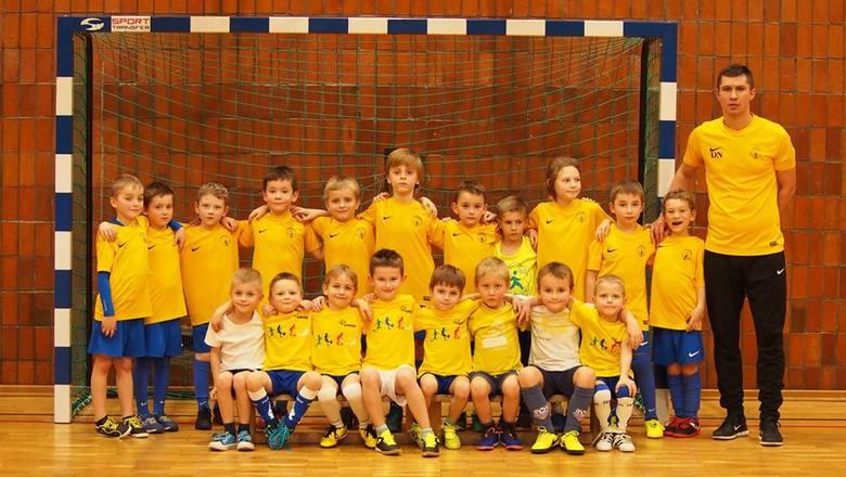 Akademia Piłkarska Champions PoznańKontakt – os. Jana III Sobieskiego 114 Poznań, nr tel. 570 465 787, strona: tuzaczynasiefutbol.pl Grupy wiekowe –