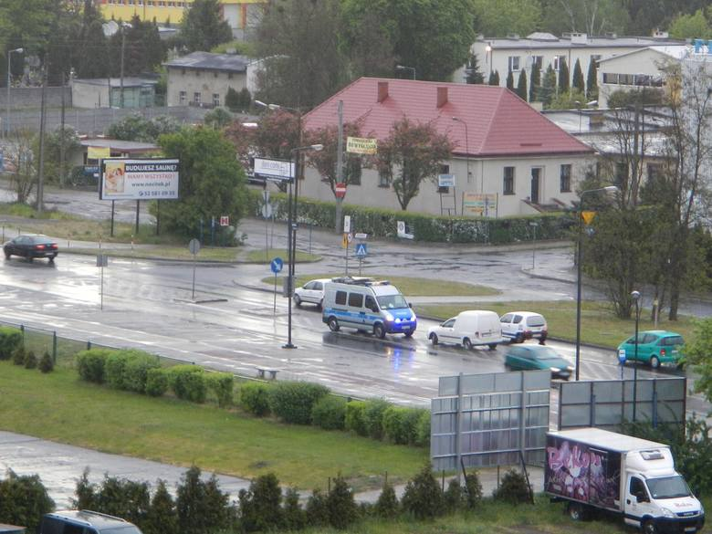 Radiowóz stanął na ulicy Kamiennej w Bydgoszczy na tzw. pasie wyłączenia, co normalnie jest zabronione. Zaniepokojeni kierowcy zwalniali do 5-10 km na