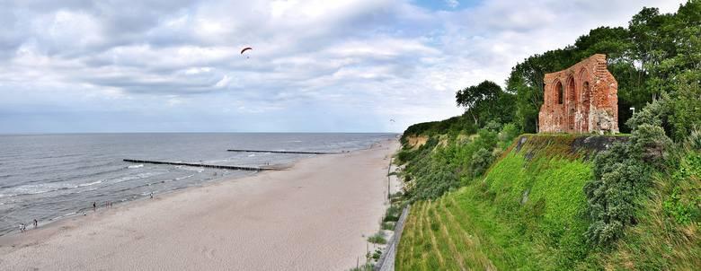10. TRZĘSACZSięgający na wysokość 5-kondygnacyjnego budynku klif sprawia, że Trzęsacz to jedna z najbardziej romantycznych plaż w Polsce. Skarpę upodobali