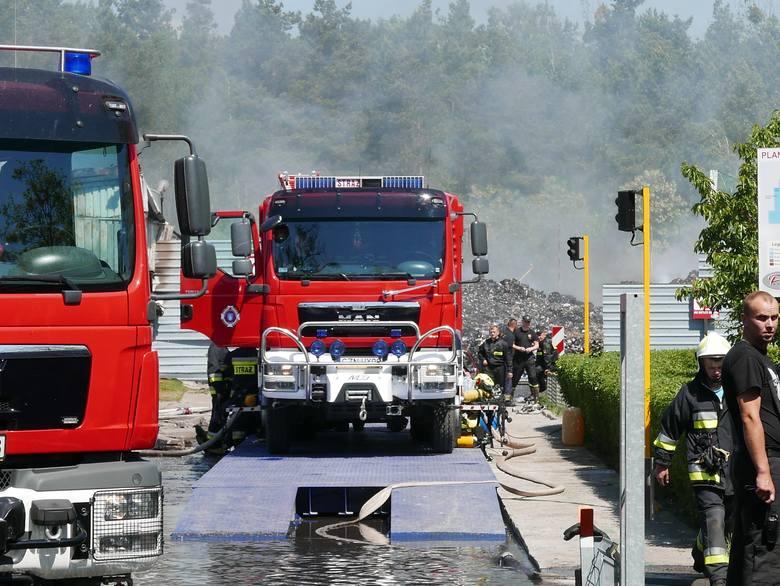 Pożar wybuchł w firmie zajmującej się produkcją paliwa alternatywnego. Znajduje się ona na wyjeździe z Łabiszyna w stronę Władysławowa. Na miejsce przyjechało