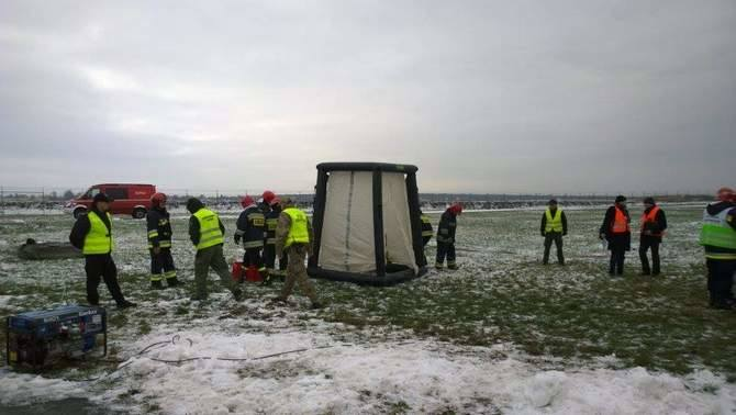 Według scenariusza, załoga samolotu lecącego ze Sztokholmu do Lublina poinformowała kontrolera lotów w Porcie Lotniczym Lublin, że jeden z pasażerów obecnych na pokładzie, około 40-letni czarnoskóry mężczyzna poczuł się źle, krwawi z nosa, oczu i uszu, choć jest przytomny. Objawy sugerują, że...