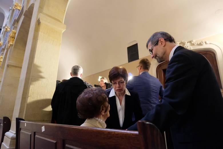- To przykre, że u schyłku życia znalazłam się w takim miejscu - mówi Stefania Chlebowska. Stuletnia kobieta miała zostać przesłuchana w sprawie, w której oskarża właściciela kamienicy o oszustwo. Okazało się, że stulatka niepotrzebnie przybyła do sądu. Oskarżony nie odebrał bowiem wezwania, co...