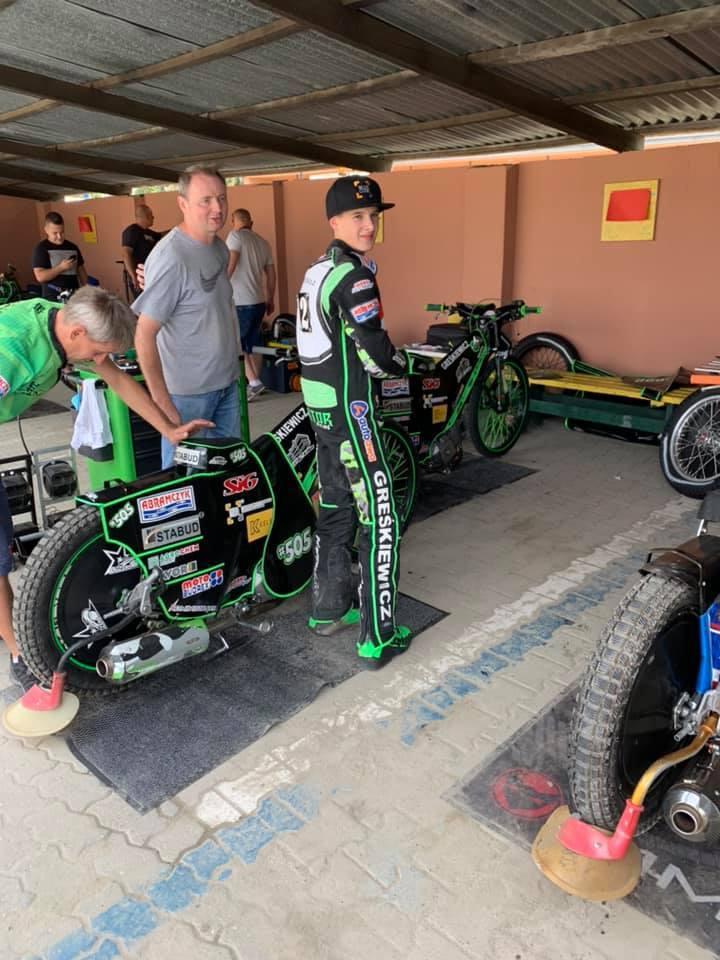 Wiktor Przyjemski, który nie tak dawno wygrał 8-rundowy cykl Pucharu Ekstraligi 250 cc, nie zwalnia tempa. W czwartek podopieczny trenera Jacka Woźniaka