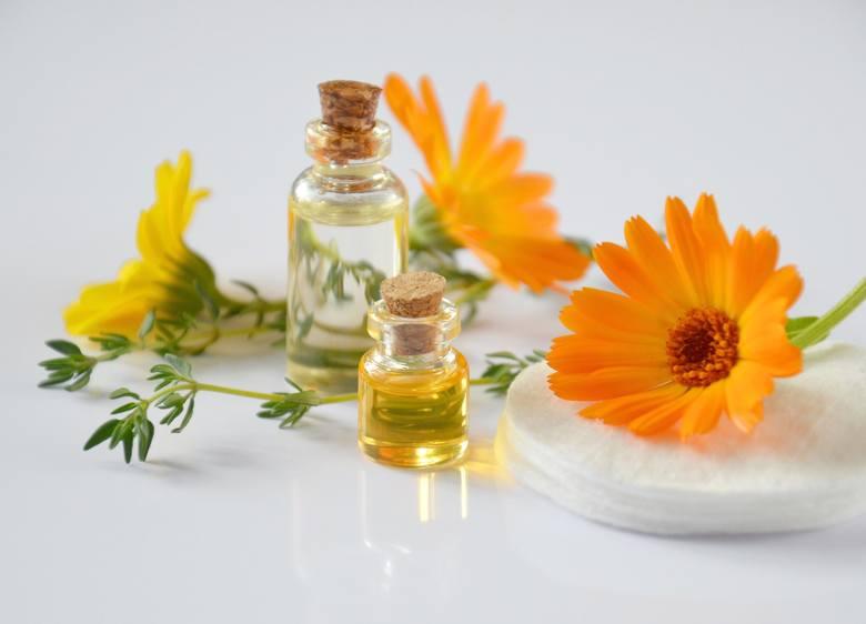 Obecne z naturalnych kosmetykach oleje i masła otrzymywane z nasion oleistych są bardziej przyjazne dla skóry, bo w przeciwieństwie do parafiny (oleju