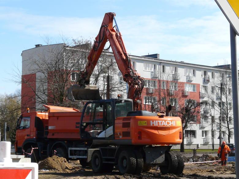 Pabianice. Budują torowisko na kolejnym odcinku ul. Warszawskiej. Wielka modernizacja linii 41 ZDJĘCIA