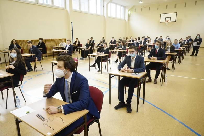 Matura 2021 - matematyka rozszerzona. Dzisiaj uczniowie zmierzyli się z królową nauk. Rozwiązywali zadania z matematyki na poziomie rozszerzonym. Egzamin