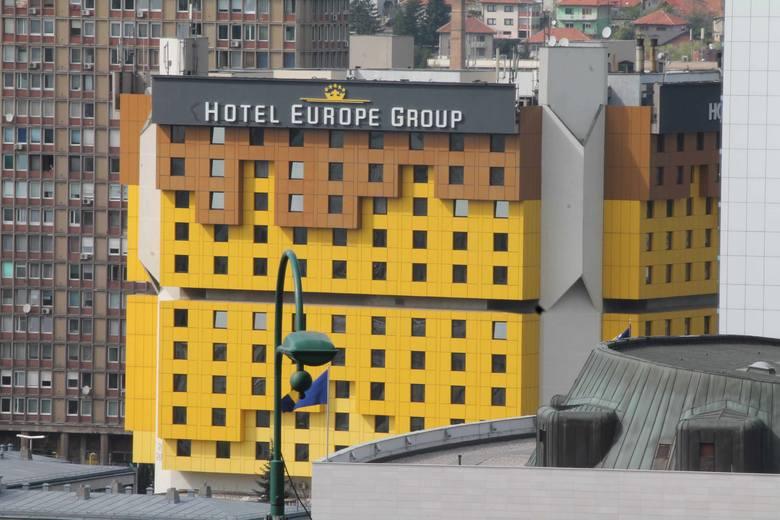 Podobnie jak hotel Holiday Inn, w którym podczas oblężenia kwaterowali dziennikarze. Na początku kwietnia 1992 roku górne kondygnacje zajmował Radovan Karadžić ze swoimi ludźmi. Stąd również strzelano wtedy do uczestników marszu pokoju.