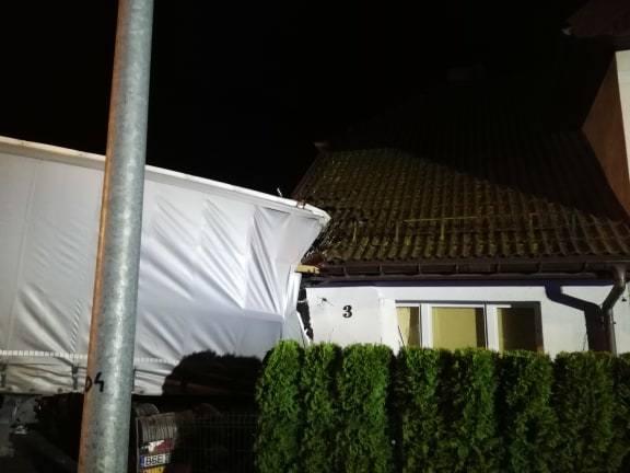 Tir wjechał w dom w Przydargini. Do wypadku doszło na krajowej drodze nr 11. Kierowca samochodu ciężarowego stracił panowanie nad pojazdem, zjechał na