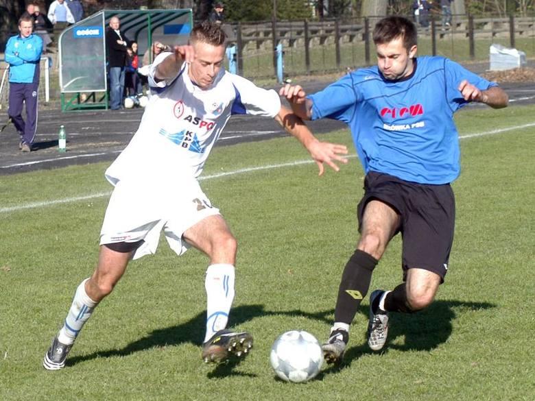 Karpaty Krosno (na biało) rozegrają mecz awansem w czwartek, Polonia Przemyśl (na niebiesko-czarno) w środę.