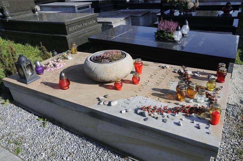 """Grób Stanisława Lema - pisarza, autora wybitnych powieści i opowiadań fantastycznych, m.in. """"Solaris"""", """"Opowieści o pilocie Pirxie"""","""