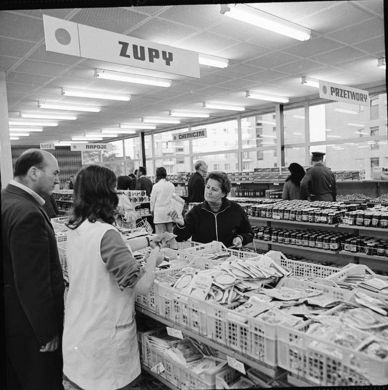 Super Sam przy ul. Niemodlińskiej w Opolu otwarto na początku lat 70. Na archiwalnych zdjęciach można zobaczyć, jak wnętrze różni się od tego, co teraz
