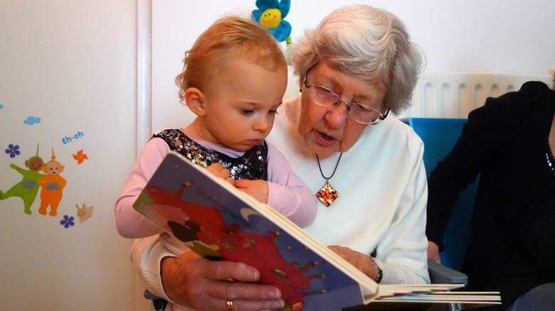 Życzenia dla babci i dziadka to najprostsze, co możesz zrobić w dniu ich święta, by pokazać, że o nich pamiętasz. Jeśli nie wiesz, jak złożyć życzenia