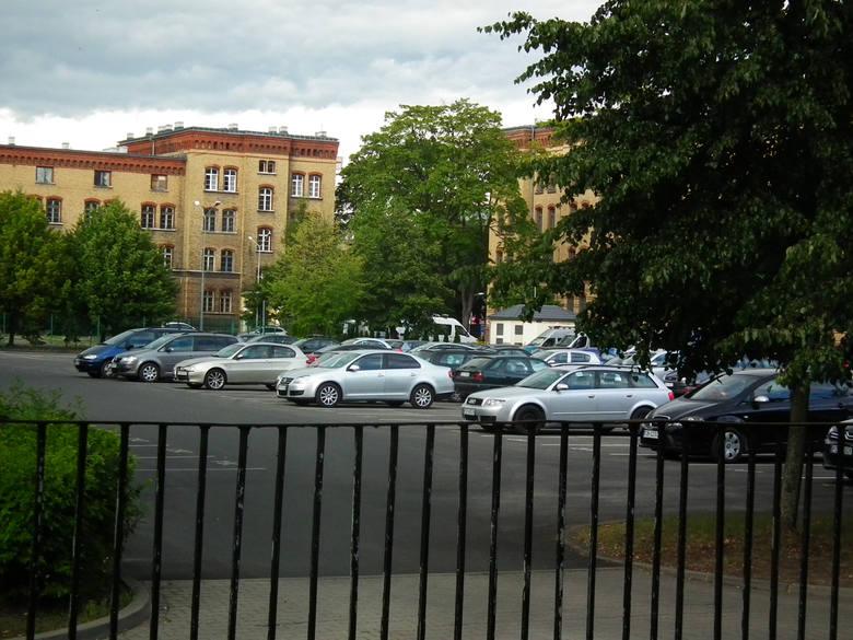 """Afera parkingowa miała wydarzyć się w latach 2010-2013. Wtedy miało dojść do """"cichego"""" remontu policyjnych parkingów w Poznaniu i rozliczenia ich kosztów w innych poznańskich inwestycjach."""