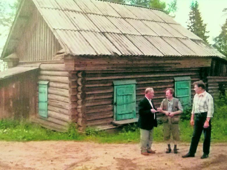 Tadeusz Rzeszutek (z lewej) po wielu latach odwiedził posiołek, do którego został zesłany wraz z rodziną w 1940 roku. Zadbał, by pojawiła się tam pamiątkowa