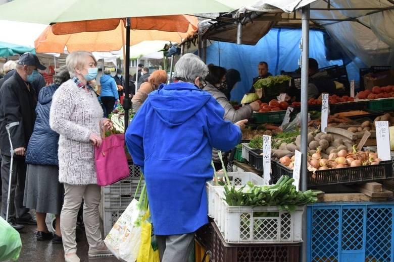 W piątek 7 maja na kieleckich bazarach wielu kupujących szukało okazji na stoiskach z owocami i warzywami. Wyraźnie w dół poszły ceny pomidorów - ładny