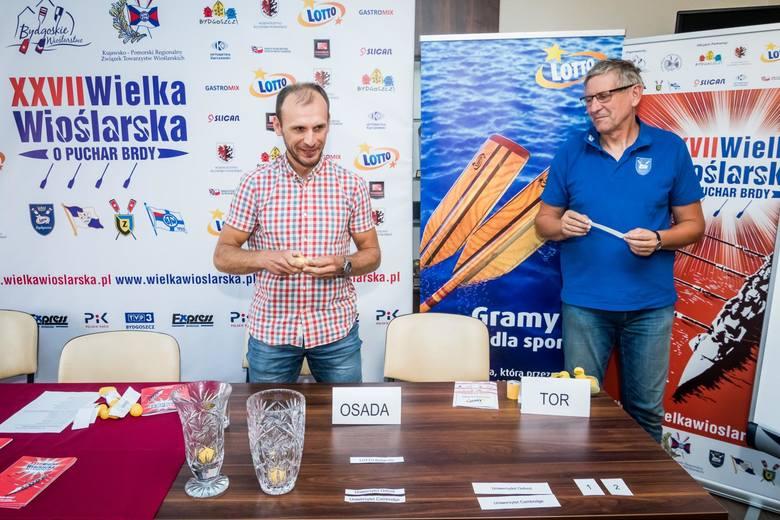 Bartłomiej Pawełczak, wicemistrz olimpijski z Pekinu w czwórce bez sternika wagi lekkiej (były wioślarz LOTTO Bydgostii, obecnie trener) losuje tory