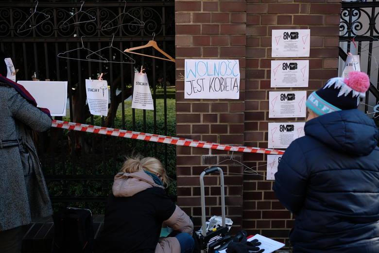 Poznań: Protest kobiet pod siedzibą kurii [ZDJĘCIA]