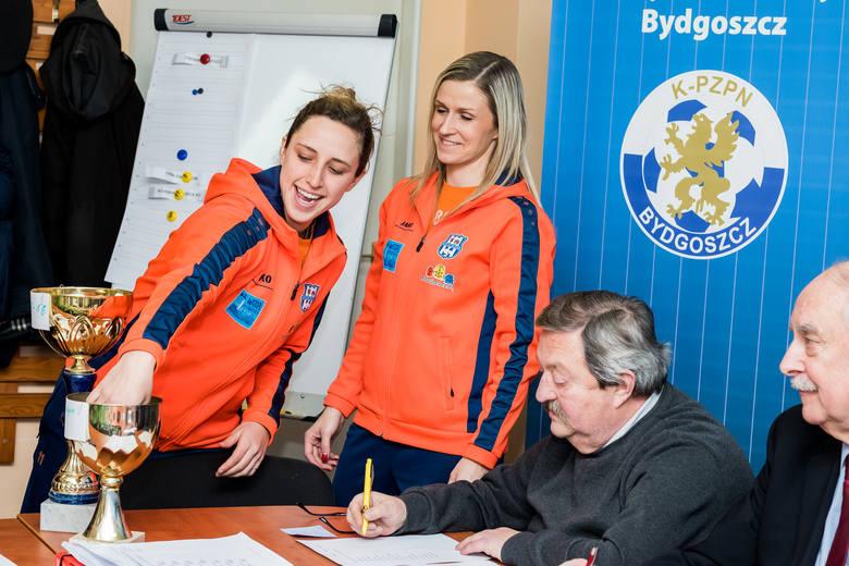Jessie Vilkofsky (pierwsza od lewej) i Agata Stępień  losowały pary pod czujnym okiem Krzysztofa Rucińskiego, przewodniczącego WGiE K-P ZPN i Eugeniusza