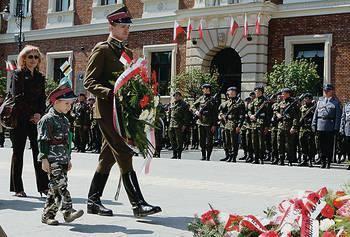 Wśród składających kwiaty na Grobie Nieznanego Żołnierza był m.in. Bartłomiej Czech z synem Rochem, reprezentujący formację kawaleryjską Pułk Trzeci