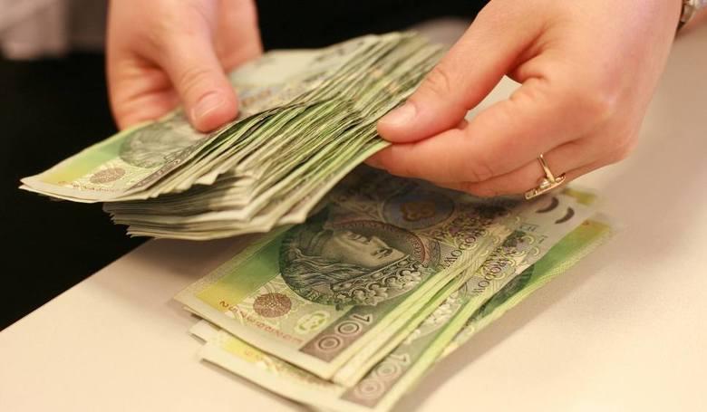 Jakie są zarobki w Toruniu? Podajemy konkretne kwoty brutto dla ponad 30 zawodów na podstawie raportu agencji Randstad. Najmniej zarabiają operatorzy