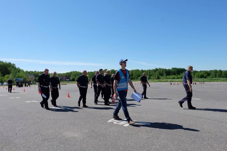 Policjant Ruchu Drogowego roku 2017. Policjanci jeździli na lotnisku
