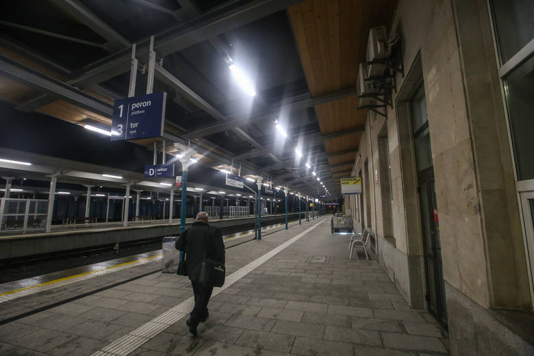 Tak wygląda wieczorową porą rzeszowski dworzec PKP po generalnym remoncie.