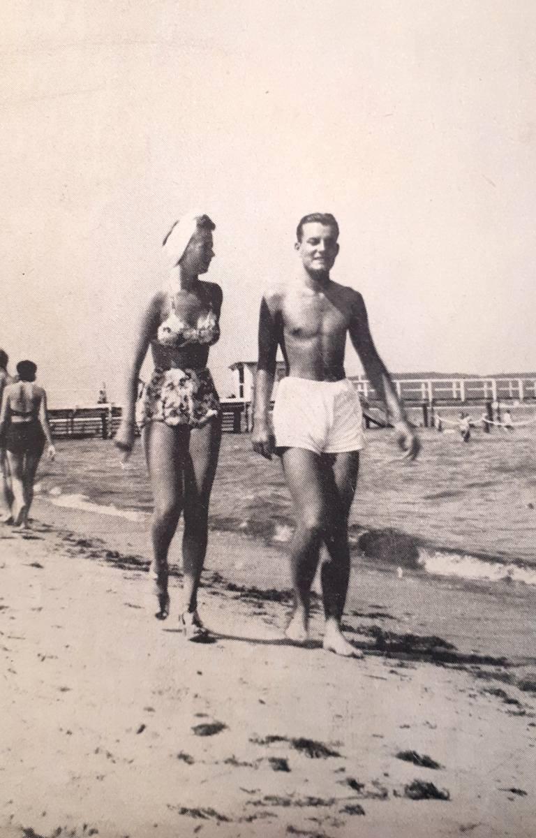 Para spacerowiczów na plaży w Sopocie latem 1939 roku