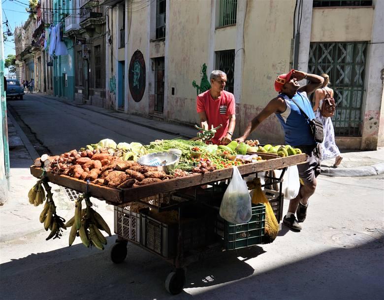 Warzywa i owoce z dostawą do domu. Straganiarze ulica po ulicy podjeżdżają pod kamienice.