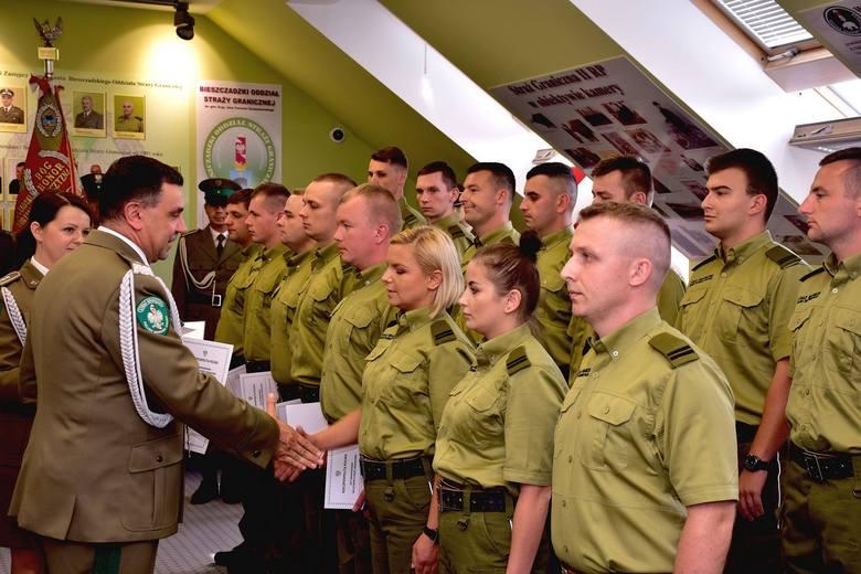 Akty mianowania na kaprala SG kilkunastu strażnikom, absolwentom kursu podoficerskiego, wręczył komendant Bieszczadzkiego Oddziału Straży Granicznej,